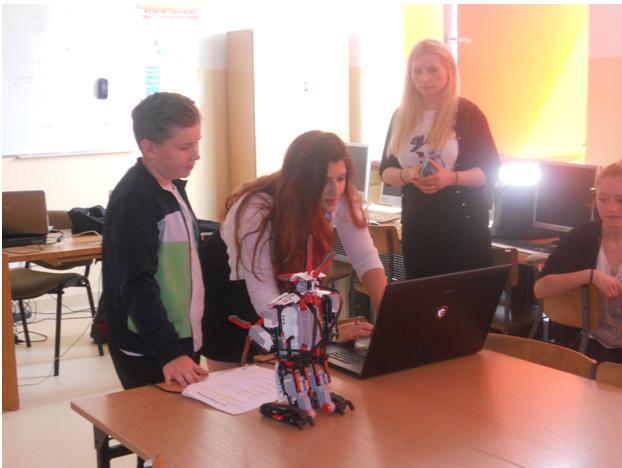 Klasa VB i VD na warsztatach z programowania i robotyki w języku angielskim (5)