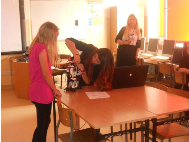 Klasa VB i VD na warsztatach z programowania i robotyki w języku angielskim (6)